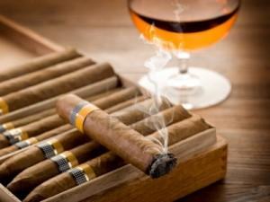 10426583-cubaanse-sigaar-en-een-glas-drank-op-hout-achtergrond